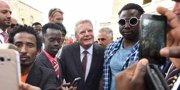 Bundespräsident Gauck im Kreis seiner Asylbewerber-Freunde beim Bespaßen. #Date:01.2016#