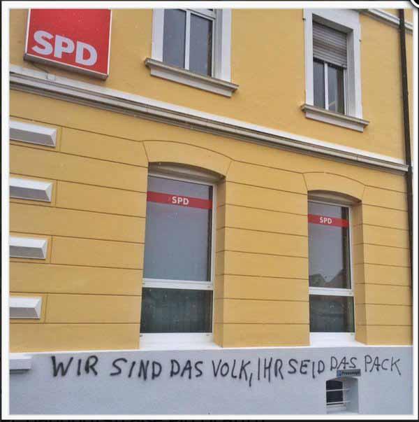 SPD-Parteibüro mit Parole verziert, nachdem Gabriel Andersdenkende als Pack bezeichnet hat. #Date:01.2016#