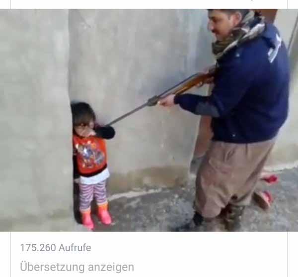 Islamische Erziehungsmethoden. Moslem zielt mit Gewehr auf kleines Kind. #Date:01.2016#