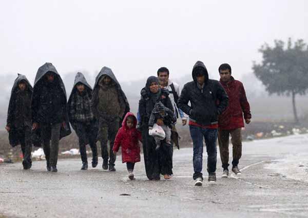 Islam Frau im Winter mit 3 Kindern und ohne Schuhe. 7 Araber schauen zu #Date:02.2016#