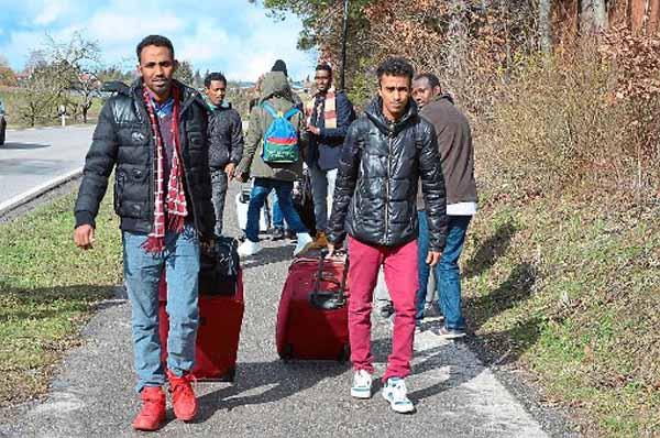 Flüchtlinge lehnen Unterkunft ab und marschieren mit Koffer zum Landratsamt #Date:02.2016#