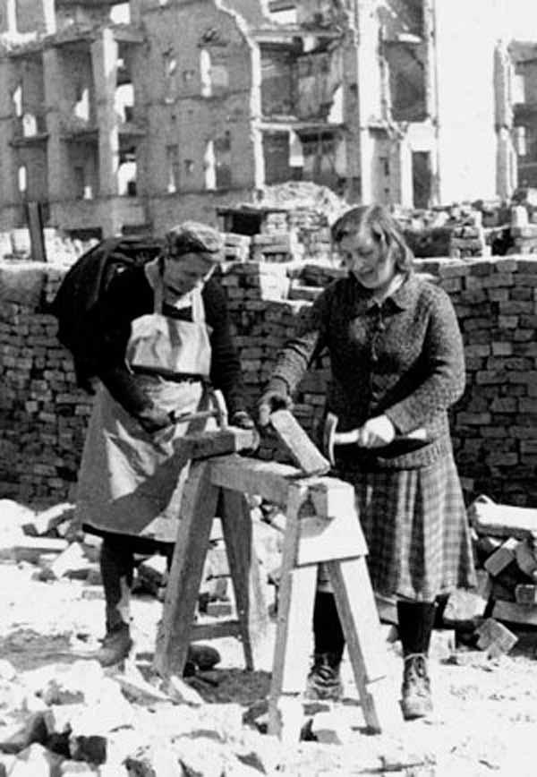 Trümmerfrauen in Deutschland 1945. Das waren die, die Deutschland aufgebaut haben und sonst niemand. Das Hinzufügen jedweder weiterer Personengruppen ist eine Unverschämtheit. #Date:02.2016#