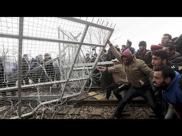 Illegale Invasoren randalieren an der mazedonischen Grenze und werfen mit Steinen #Date:02.2016#
