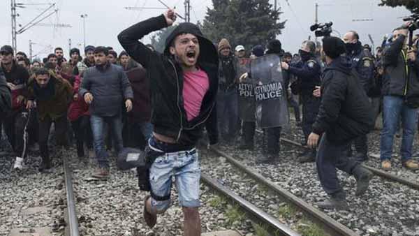 Diese Mob-Randale an der mazedonischen Grenze erinnert stark an die Bilder in den arabischen Staaten. Sie werden auch so handeln, wie sie es von dort gewöhnt sind. #Date:02.2016#