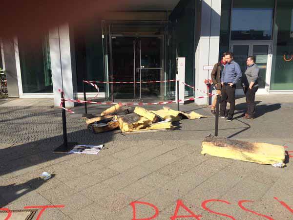 Linke Aktivisten laden Brandschutt vor AfD-Zentrale ab #Date:03.2016#