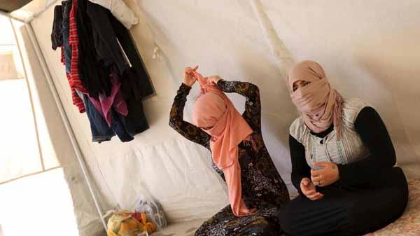 IS Daesh füttert seine Sklavinnen mit der Pille, damit diese pausenlos missbraucht werden können #Date:03.2016#