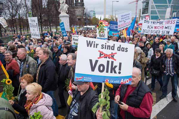 Laut Medienberichten Nazidemo in Berlin. Bilderrätsel: finde den Nazi #Date:03.2016#