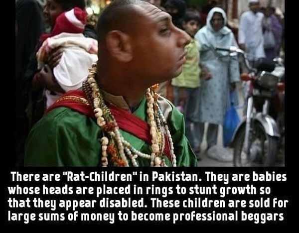 Sogenannte Rattenkinder in Pakistan. Ihre Köpfe werden ab Babyalter in Ringe gezwängt, wodurch sie einen behinderten Eindruck vermitteln sollen. Diese Kinder werden gegen hohe Summen als professionelle Bettler verkauft. #Date:03.2016#