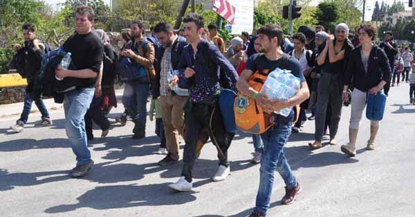 Hunderte Wirtschaftsmigranten verlassen gewaltsam den Hot-Spot Chios in Griechenland, wo sie auf ihre Abschiebung warten. #Date:04.2016#
