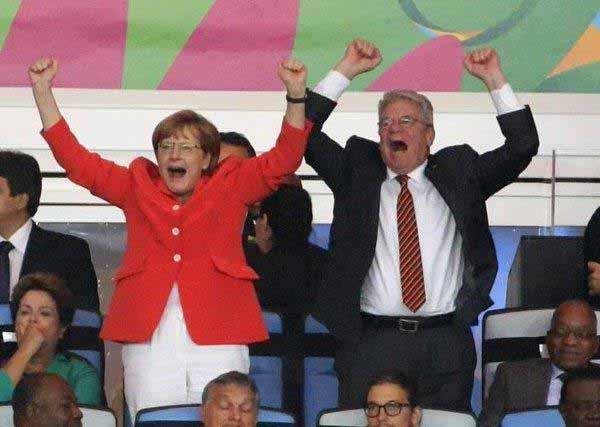 Merkel und Gauck in Hochstimmung. Es genügt ja auch, dass sich das Volk Sorgen macht. #Date:12.2015#