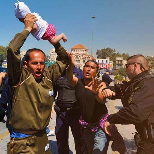 Griechenland, Hafen von Piräus. Sogenannter Flüchltling droht Baby gegen Beamte der Küstenwache zu schleudern. Ein unheimliches und bedrohliches  Volk, diese Invasoren aus einer anderen Welt. #Date:04.2016#
