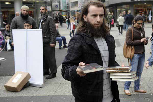 Islamisten und Salafisten werben in Deuschland offen um Flüchtlinge. Mit dabei die bereits im Land etablierten Araber-Clans. #Date:04.2016#