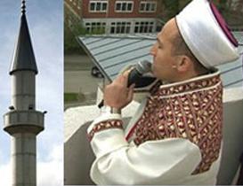 Der Gebetsruf oder Adhan des Muezzin über deutschen Dächern. Wer hätte das je gedacht. Sozialromantiker vergehen fast vor Glücksseligkeit. Doch hinter dem Gebetsruf steckt das komplette Glaubensbekenntnis der Muslime, das unter anderem verkündet, Allah ist der einzige Gott. Wer an einen anderen Gott glaubt ist ein Ungläubiger und damit jeglicher Gewalt von Seiten des Islam zugänglich. Nur Ungläubige, die nicht wissen, dass der Islam existiert, sollen nicht mit aller Härte bekämpft werden. Der typische Islam-Trick am Muezzinruf Adhan: wer ihn hört weiss vom Islam und kann daher nicht auf Gnade rechnen, wenn er nicht zum Islam konvertiert. Ein Vergleich mit dem Glockengeläut der christlichen Kirchen ist somit völlig abwegig.